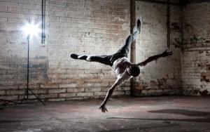 Fortgeschrittener Breakdancer beim Airflare